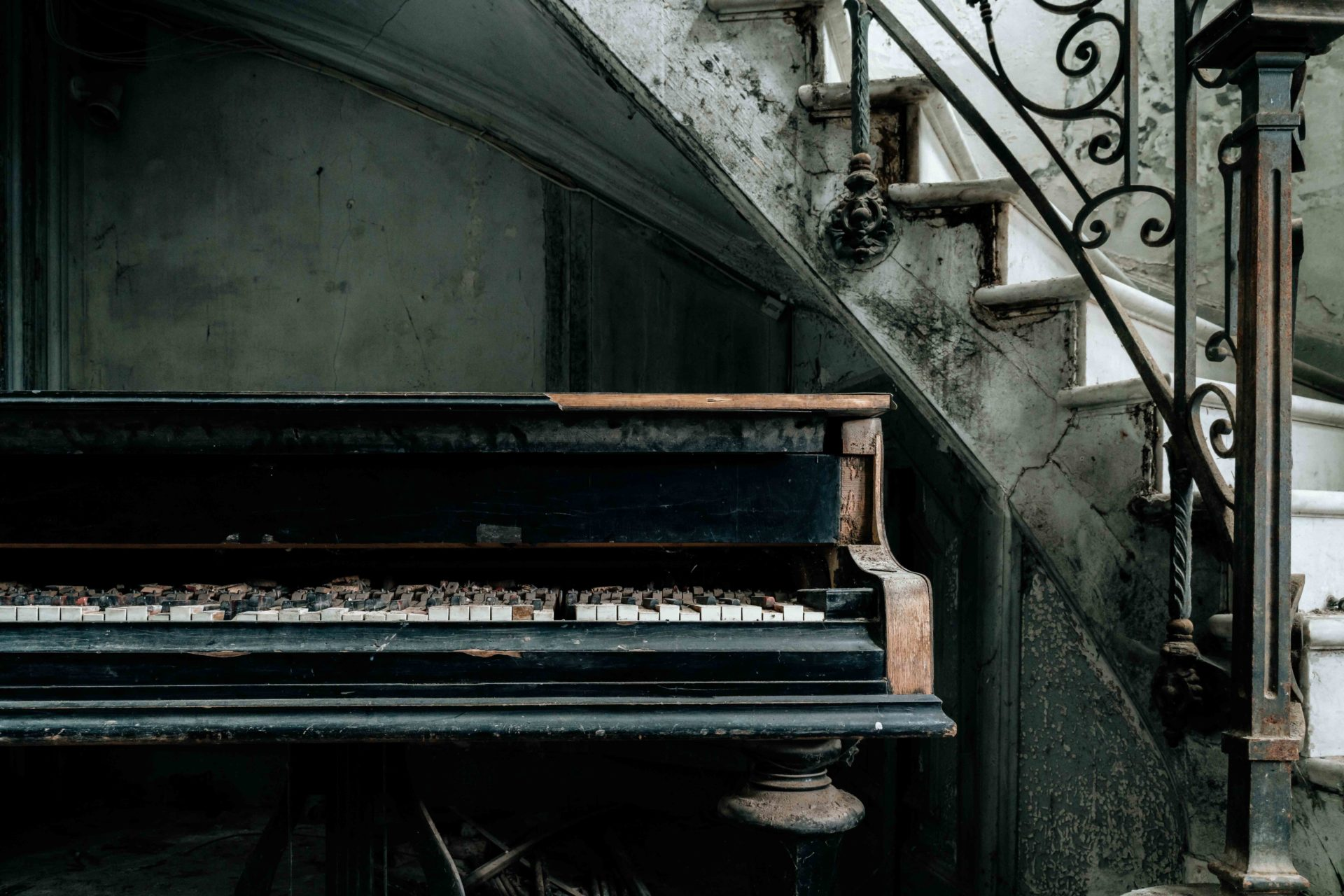 abandoned piano in France, Romain Thiery photographer, requiem pour pianos series, abandoned pianos, photographies de pianos