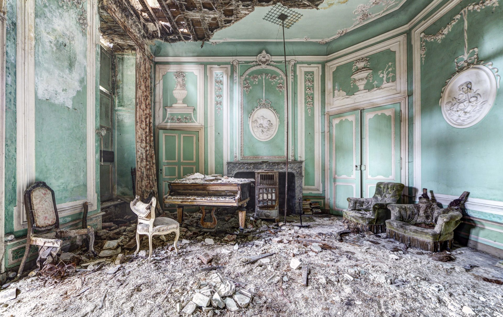 abandoned piano in Belgium, Romain Thiery photographer, requiem pour pianos series