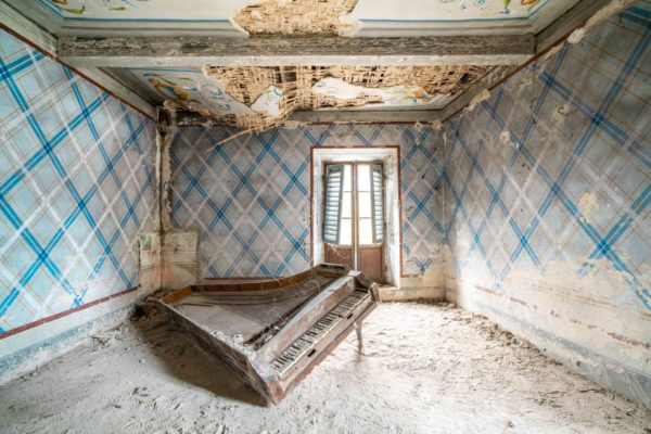 abandoned piano in Italy, romain thiery photographies