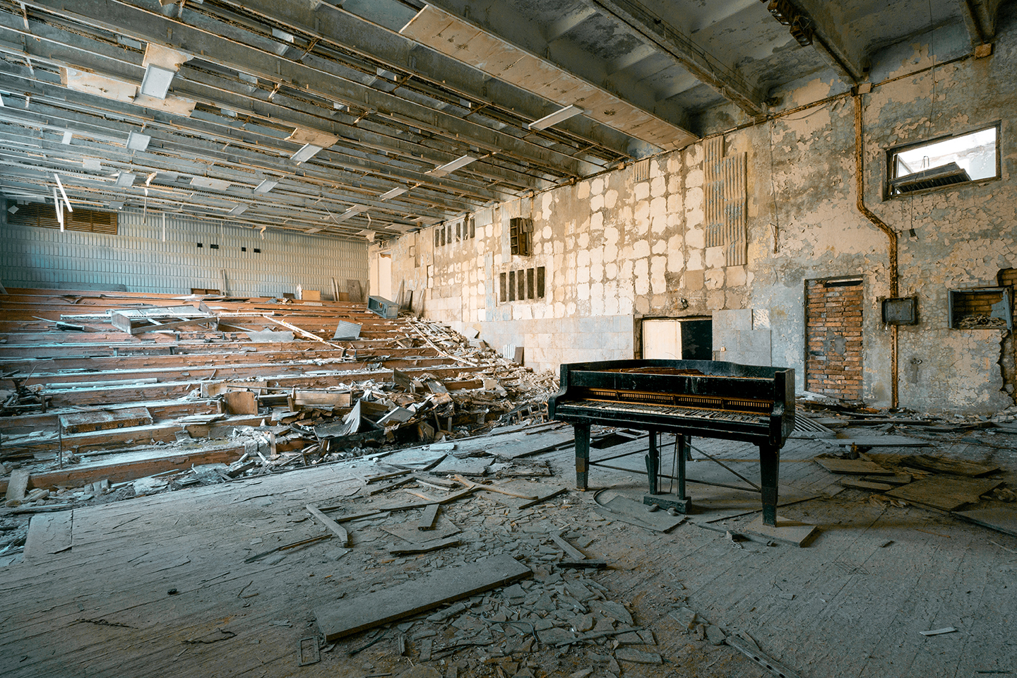 abandoned piano in Chernobyl, Romain Thiery photographer, requiem pour pianos series