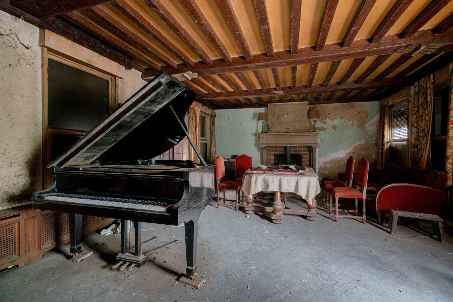 abandoned piano in Belgium, Romain Thiery photographer, requiem pour pianos series, abandoned pianos, photographies pianos
