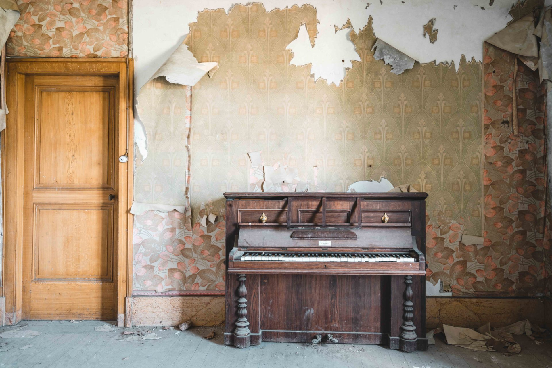 abandoned piano in France, Romain Thiery photographer, requiem pour pianos series, abandoned pianos, photographies pianos