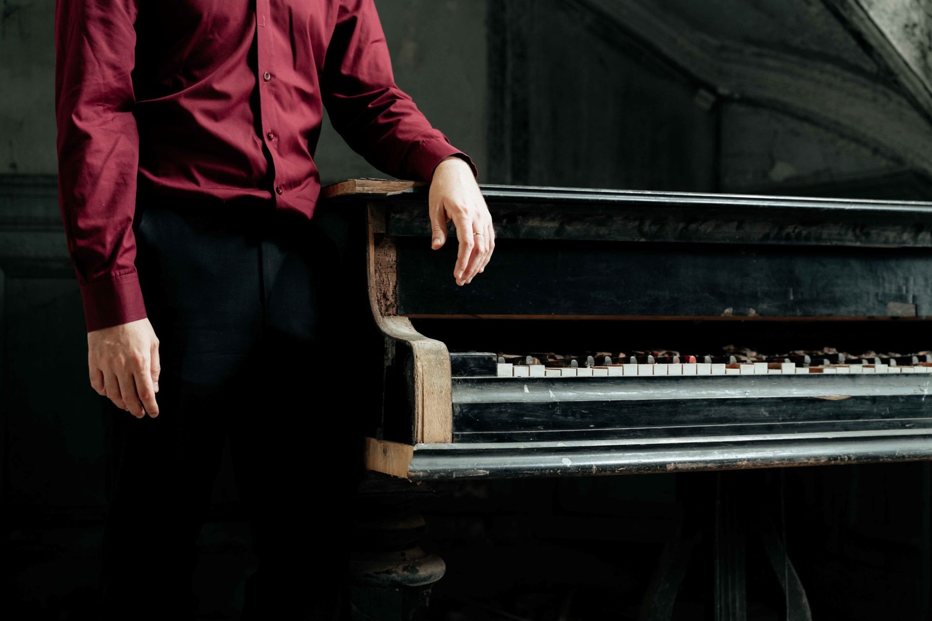 pianist abandoned pianos portrait photography romain thiery