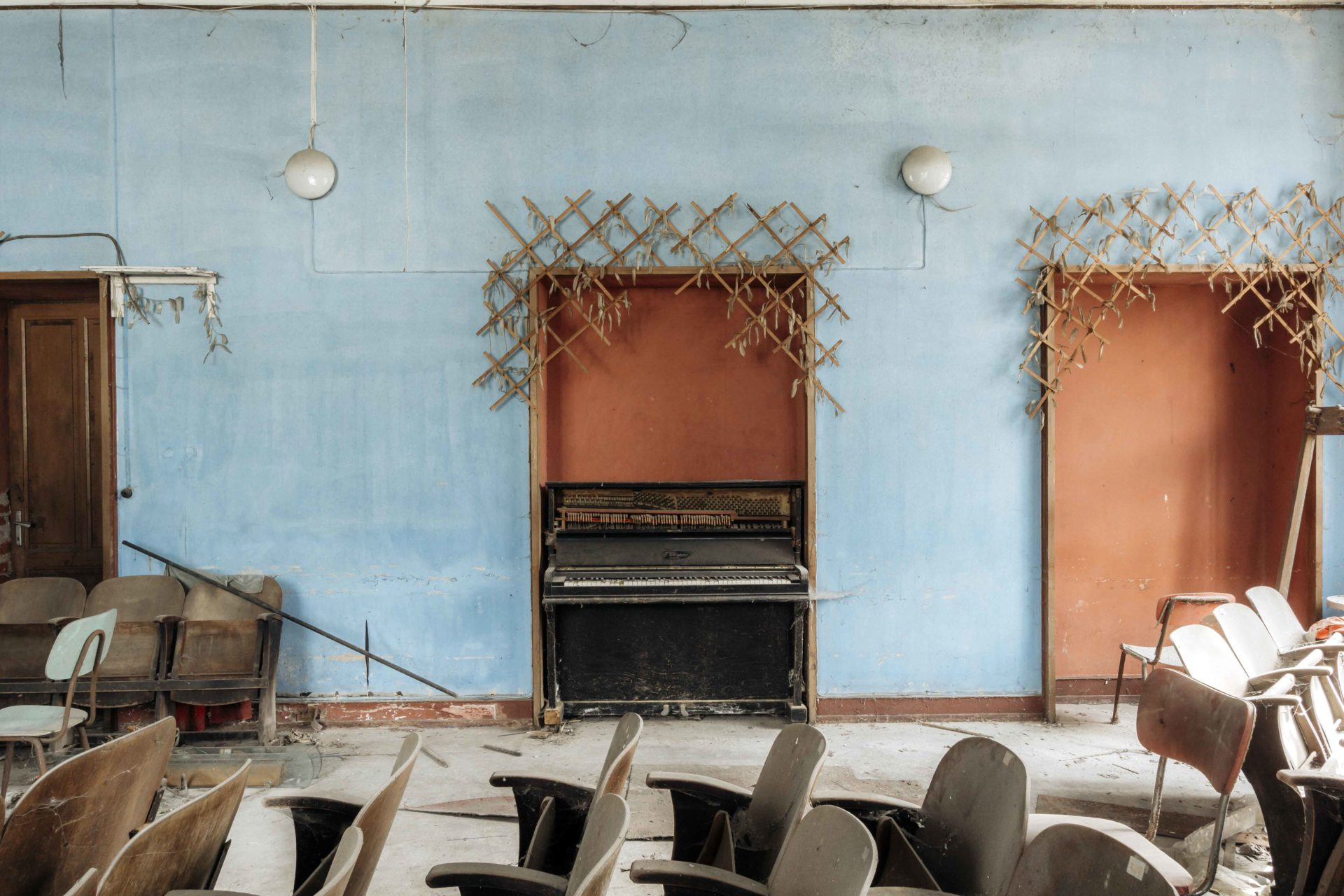 abandoned piano in Europe, Romain Thiery fine art artist photographer, requiem pour pianos series